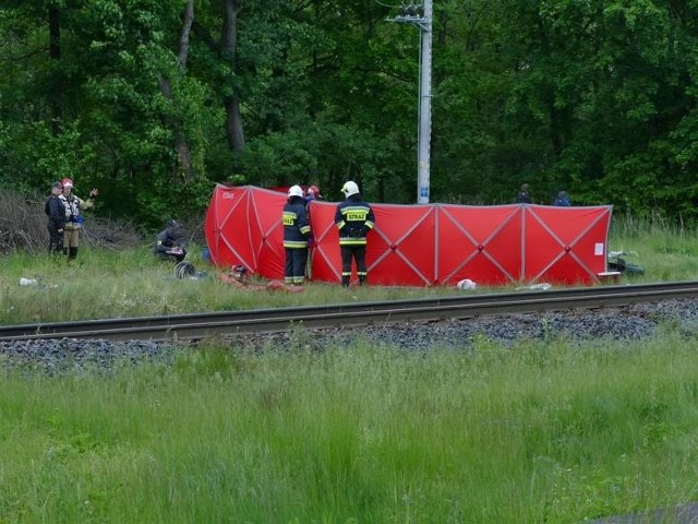 4 czerwca 2020 - Tragiczny wypadek na przejeździe kolejowym w Dunowie. Dwie osoby nie żyjąDo tragicznego wypadku doszło na przejeździe kolejowym w Dunowie koło Koszalina. Zginęły tam dwie osoby. Kierujący samochodem uderzył na przejeździe kolejowym w rozpędzony pociąg.
