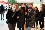 Tłumy w sobotę w Galerii Echo w Kielcach. Kolejki przed sklepami [ZDJĘCIA]