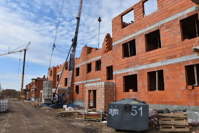 Na działce przy ul. Rożanowicza na os. Rządz w Grudziądzu trwa budowa dwóch budynków mieszkalnych. W każdym będą 32 lokale. Inwestorem jest Grudziądzkie Towarzystwo Budownictwa Społecznego.
