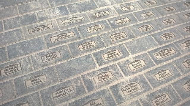 W wielu miejscach brakuje pomnikowych kostek z nazwiskami ich fundatorów.