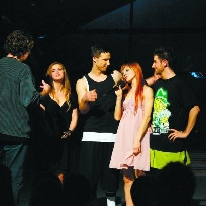 Na zdjęciu Ada, Gabryś, Wiola i Marcin (od lewej) wysłuchują wskazówek reżysera przed nagraniem pozdrowień dla uczestników zagranicznej edycji.