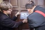 Klepsydra na drzwiach ZDiT po wypadku na Żeromskiego w Łodzi [ZDJĘCIA]
