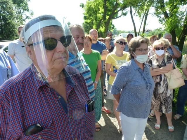 Mieszkańcy ulicy Paderewskiego w Radomsku protestują przeciwko budowie na ich ulicy masztu telefonii komórkowej. W sobotę, 4 lipca, spotkali się w tej sprawie z radnymi miejskim. To kolejny już protest przeciwko masztom w regionie łódzkim. Wcześniej w Łodzi podpalono nawet dwa maszty.CZYTAJ DALEJ NA KOLEJNYCH SLAJDACH