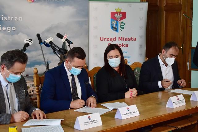 Umowa na wykonanie dokumentacji projektowej na potrzeby budowy nowego mostu na rzece San została podpisana w obecności Małgorzaty Jarosińskiej - Jedynak, sekretarz stanu w Ministerstwie Funduszy i Polityki Regionalnej.