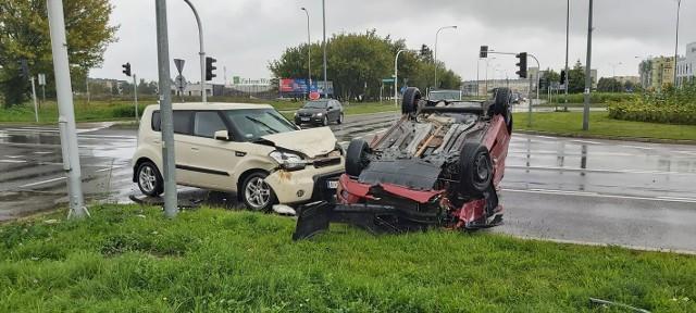 Białystok. Dachowanie na skrzyżowaniu Popiełuszki z Sikorskiego. Jedna osoba trafiła do szpitala