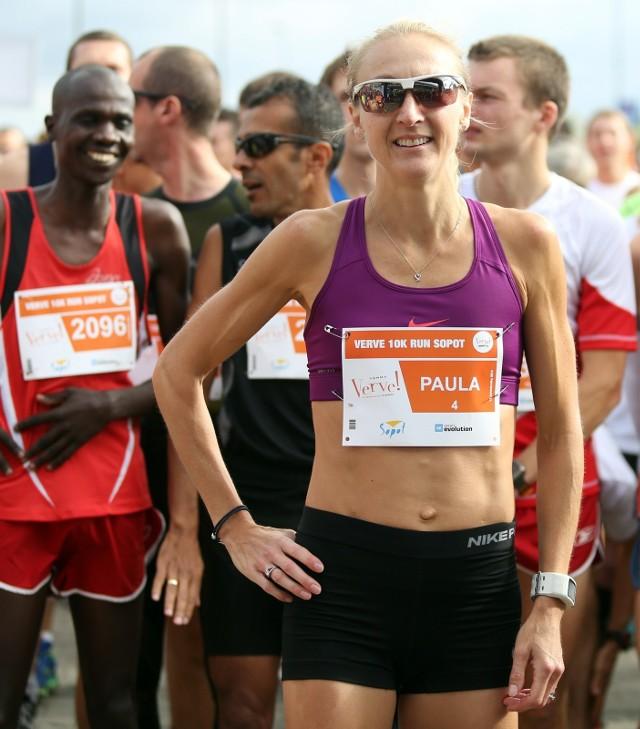 Brytyjka Paula Radcliffe. Miłośnikom biegania tej postaci bliżej przedstawiać nie trzeba. Znakomita, była zawodniczka jest rekordzistką świata w maratonie. W 2003 roku w Londynie przebiegła dystans 42 km i 195 m w czasie 2:15,25. Tego fenomenalnego wyniku do dziś nie udało się poprawić, mimo kilku prób, podejmowanych przez zawodniczki z Afryki.