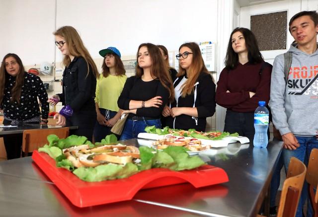 """Podczas drzwi otwartych szkoły z szeroką ofertą Zespołu Szkół Gastronomiczno-Hotelarskich w Grudziądzu zapoznali się dziś gimnazjaliści z miasta i okolic. Obejrzeli pokazy mody ślubnej i nie tylko. """"Gastronomicy"""" pokazali pracownie technologii  żywności i częstowali smakołykami wykonanymi przez uczniów."""
