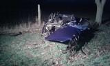 Koszmarny wypadek koło Janowca. BMW dosłownie roztrzaskało się o drzewo. Z samochodu wypadł silnik [ZDJĘCIA]