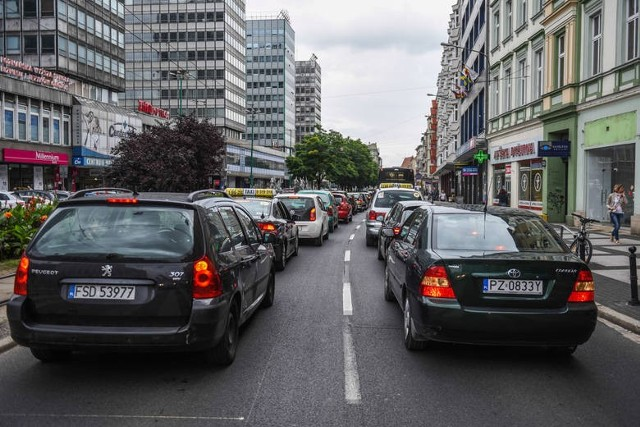 Nowe przepisy wejdą w życie w krajach Unii Europejskiej od maja 2022 roku.  Wszystkie nowe modele samochodów  będą obowiązkowo wyposażane w szereg asystentów zwiększających bezpieczeństwo jak m.in. czarne skrzynki.Czytaj dalej. Przesuwaj zdjęcia w prawo - naciśnij strzałkę lub przycisk NASTĘPNE