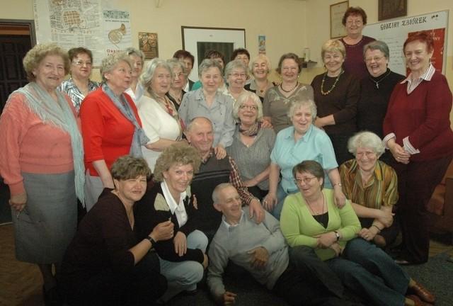 Chór Gaudium Uniwersytetu III Wieku to emeryci różnych zawodów. Nie tylko razem śpiewają, łączy ich przyjaźń i chęć wspólnego spędzania czasu.