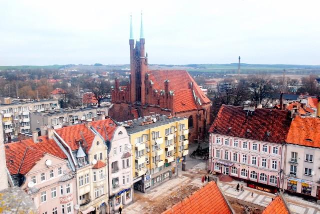 Nieczęsto mamy okazję oglądać świebodziński rynek z tej perspektywy. Z lotu ptaka robi jeszcze większe wrażenie! Na zdjęciu widoczny jest między innymi Kościół pod wezwaniem Świętego Michała Archanioła. Zdjęcie wykonano w 2007 roku z baszty ratuszowej.