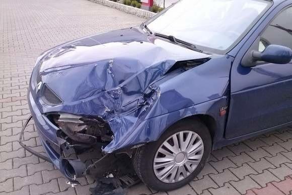 Z nowego autobusu MZK nagle odpadło koło i zniszczyło jadący za nim samochód. Renault opolanina nadaje się już tylko na złom.