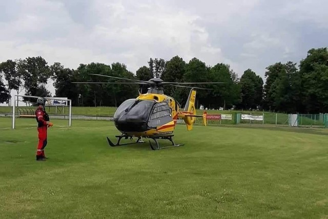 Aby przetransportować do szpitala mężczyznę, który spadł z dachu, na miejsce wezwano śmigłowiec Lotniczego Pogotowia Ratunkowego. Śmigłowiec lądował na boisku szkolnym