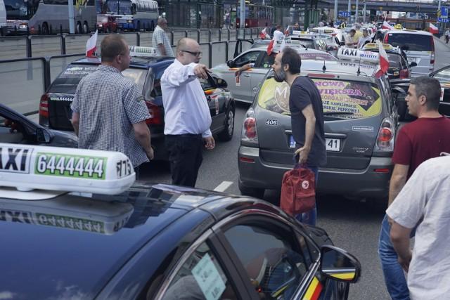 Choć nowa ustawa ogranicza ona niekontrolowaną działalność przewozową przez pojazdy Uber, mocno przeciwko niej protestowali licencjonowani taksówkarze, przeciwni głównie upowszechnieniu aplikacji mobilnych w przewozie osób.