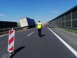 Kolizja na trasie S7 pod Białobrzegami. Ciężarówka najechała na przyczepkę sygnalizacyjną drogowców