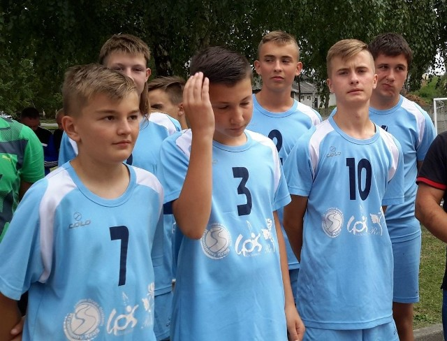 W piłkę nożną rywalizowali zawodnicy do 16 roku życia.