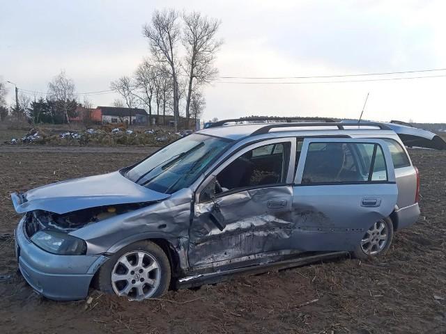 W wyniku zderzenia oba samochody wylądowały w polu