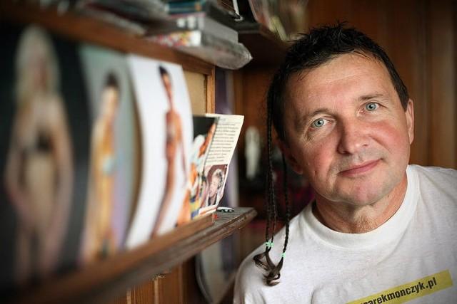 """Cezary Mończyk mieszkał w bloku na łódzkim osiedlu Radogoszcz. Pewnie sąsiedzi nie wiedzieli czym się zajmuje, dopóki w 2003 roku nie zaczęli oglądać serialu dokumentalnego """"Ballada o lekkim zabarwieniu erotycznym"""". Był jego głównym bohaterem. Zobacz ZDJĘCIA, CZYTAJ na kolejnych slajdach"""