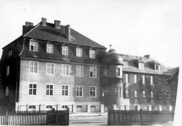 Budynek Domu Opieki do 1945 połączony z prawej z lazaretem - ulica Pfertnerstrasse (dziś Śląska).