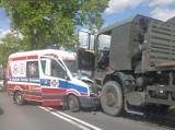 Karetka na sygnałach zderzyła się z ciężarówką wojskową! Na szczęście nikomu nic poważnego się nie stało