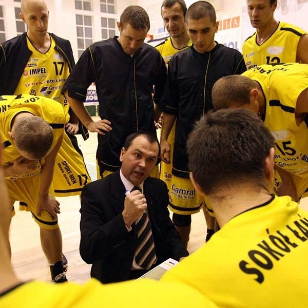 Trener Dariusz Kaszowski (w środku) to ostatnia osoba, która miałaby odejść z Sokoła