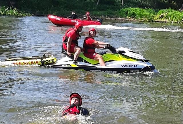 Podczas akcji ratownicy Wodnego Ochotniczego Pogotowia Ratunkowego dali pokaz na wodzie, wykorzystali łodzie i skutery.