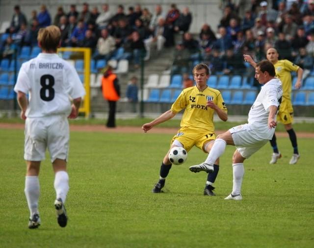 Były piłkarz Floty Łukasz Burliga (w środku) wystąpił w ostatnim sparingu Wisły Kraków. I zebrał dobre oceny.
