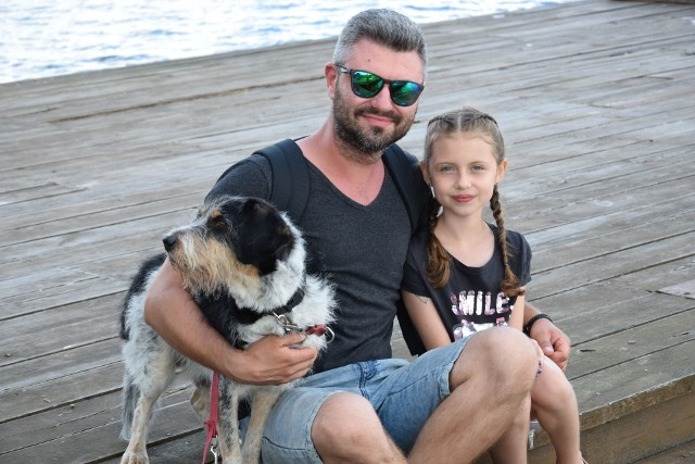 Pan Maciej z Bydgoszczy z córką Matyldą i towarzyszem rodziny. Gdy poznał swoją partnerkę, panią Justynę znad morza, to właśnie Sępólno było ich miejscem spotkań