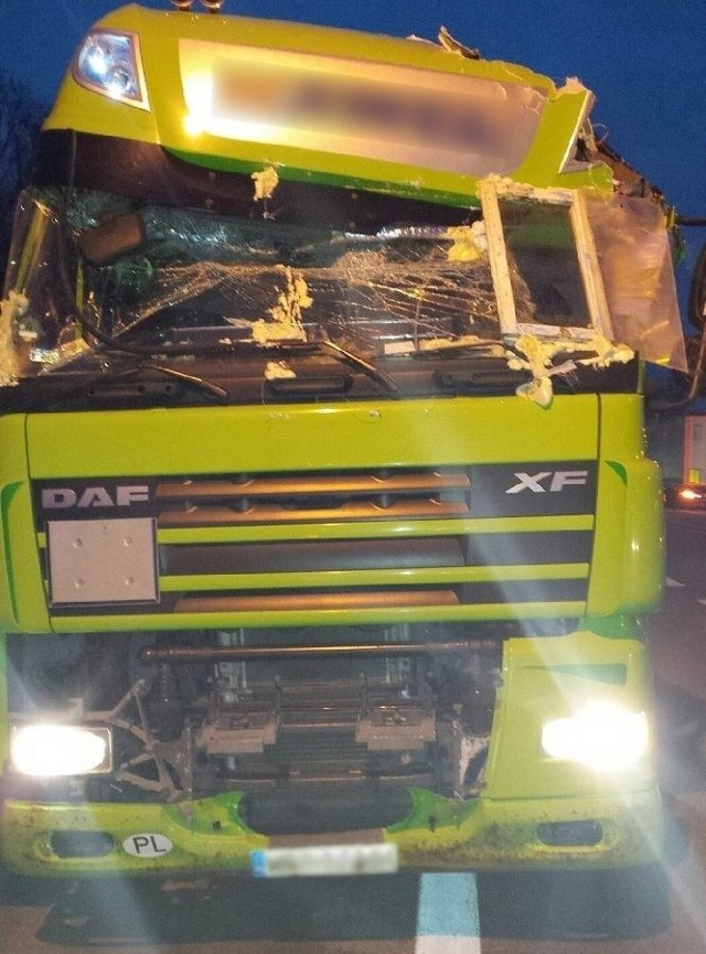Kierowca uszkodzonego DAF-a wmontował sobie domowe okno w przednią szybę