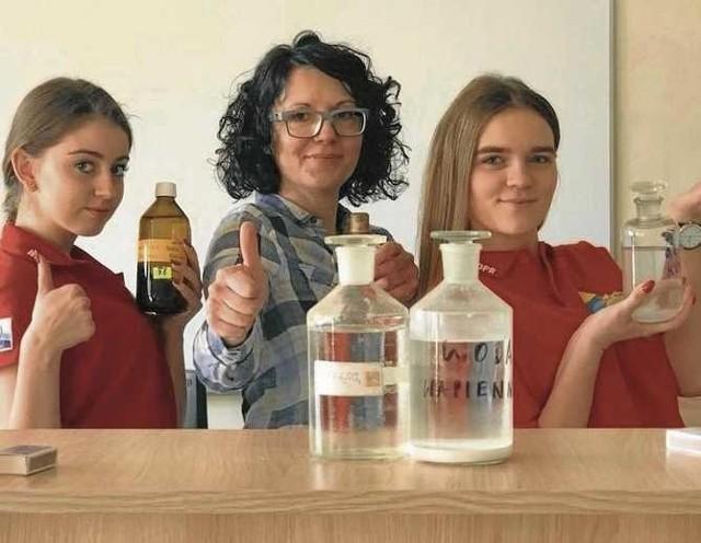 Szkoła ma znakomitą bazę i nowoczesne wyposażenie, w tym laboratorium biologiczno-chemiczne.