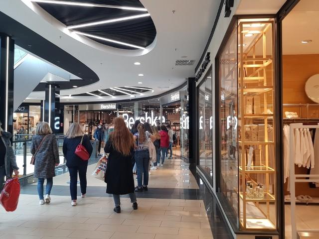 Od 4 maja otwarte są ponownie galerie handlowe. Białostoczanie ruszyli na zakupy. Na zdjęciu galeria Alfa, około godz 15.