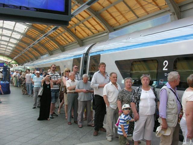 W sumie, jak informuje PKP Intercity, od grudnia pomiędzy Wrocławiem, Opolem i Warszawą ma jeździć co najmniej 13 par pociągów: 4 (lub 5) pendolino, 3 Ekspress Intercity oraz 6 składów TLK.