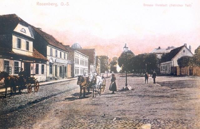 Wielkie Przedmieście (Große Vorstadt) było najszerszą ulicą Olesna. Na przyległym placu odbywały się jarmarki. Przy tej ulicy zachował się dom, w którym urodził się wybitny pedagog Felix Rendschmidt, autor podręczników. Na starych widokówkach widać w głębi kopułę synagogi, która spłonęła w czasie nocy kryształowej w 1938 roku.