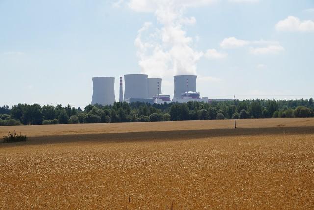 Ministerstwo Energii zaczęło odkrywać karty w sprawie lokalizacji dwóch elektrowni atomowych. Podczas konferencji poświęconej technologiom jądrowym poinformowano, że projekt polityki energetycznej kraju do 2040 r. zakłada budowę sześciu bloków energetycznych o mocy 6-9 gigawatów do 2043 r. Choć nie powiedziano tego wprost, ale wszystko wskazuje na to, że rządowe plany zakładają budowę jednej z siłowni jądrowych w powiecie bełchatowskim.  - Będą to dwie elektrownie: jedna na północy kraju, gdzie trwają badania lokalizacyjne, natomiast druga w centralnej Polsce - powiedział Józef Sobolewski, dyrektor departamentu energii jądrowej w ministerstwie, który zaznaczył, że  realizacja całego programu jądrowego to ok. 100 - 135 mld zł. Dodał też, że wdrożenie energetyki jądrowej stanowi dla Polski jedyną szansę na zachowanie bezpieczeństwa energetycznego oraz utrzymanie konkurencyjności gospodarki oraz cen energii elektrycznej i cieplnej na poziomie akceptowalnym dla odbiorców.- Bez rozwoju energetyki jądrowej nie uda się zrealizować wyzwań klimatycznych - dodał minister energii Krzysztof Tchórzewski. CZYTAJ DALEJ NA NASTĘPNYM SLAJDZIE