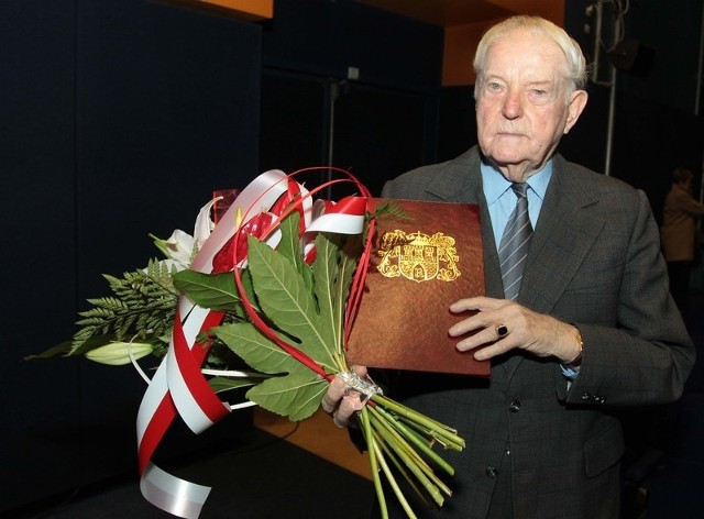 """Kazimierz Krawczyk, były żołnierz Armii Krajowej, otrzymał medal """"Bene Merenti Civitas Radomiensis""""."""