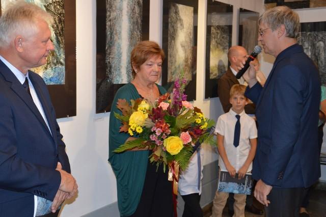 Kwiaty od władz miasta wręczył Jadwidze Kukule radny Mariusz Bajek, prywatnie rysownik