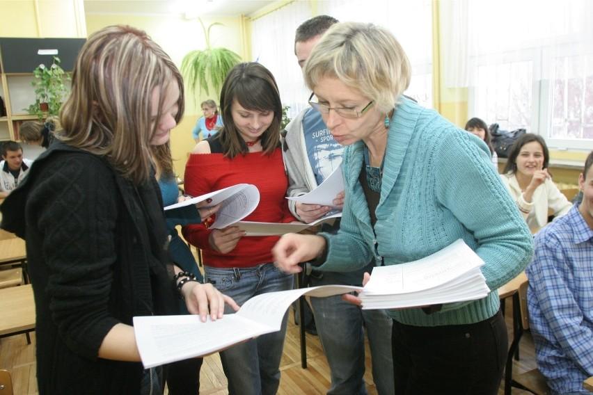 Matematyka rozszerzona ( ZADANIA, MATURA 2013) - Trwa egzamin, pierwsi maturzyści już wyszli z sal