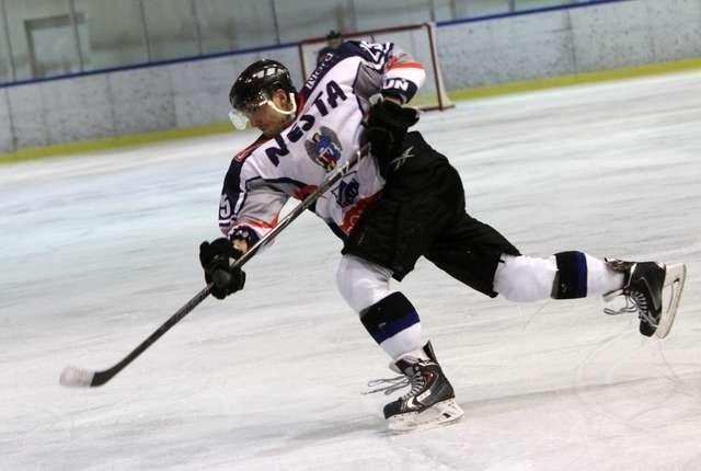 Pierwszoligowa drużyna Nesty (na zdjęciu Bartosz Skólmowski) w sobotę i niedzielę zagra w Toruniu z SMS-em II PZHL-em
