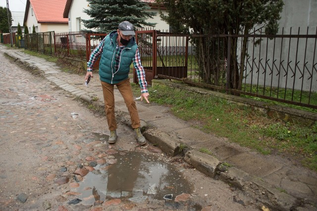 - To jest zdecydowanie najgorsza ulica. Nawet na Młynowej nie jest tak źle - mówi Hieronim Rybołowicz, taksówkarz.