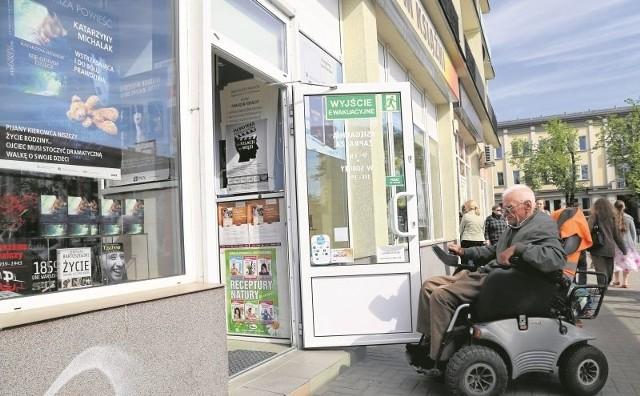 Władysławowi Kazberukowi ciężko jest wjechać do księgarni przy Placu Uniwersyteckim. - Próg jest zbyt wysoki. A lokal należy przecież do miasta. Trzeba w końcu coś z tym zrobić - mówi.