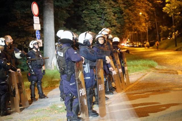 Zarobki w policji 2022. MSWiA ogłosiło niedawno warunki podwyżek dla policjantów. Zobaczcie jakie stawki otrzymają funkcjonariusze w 2022 roku!WIĘCEJ NA KOLEJNYCH STRONACH>>>