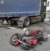 Powiat kraśnicki: 17-latek jadący motorowerem zderzył się z ciężarówką