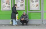 Żebracy i bezdomni. Cuchną, piją, zaczepiają innych
