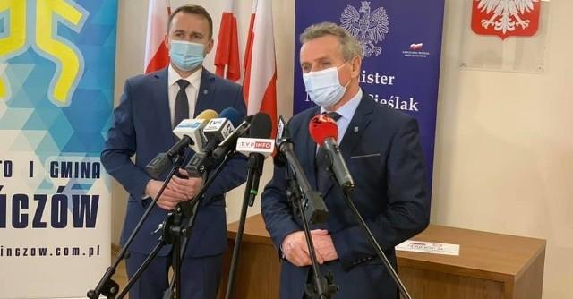 Minister Michał Cieślak (z lewej) i Burmistrz Pińczowa Włodzimierz Badurak.