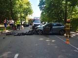 Wypadek w Gdyni 14.06.2021 r. 62-latek zasnął za kierownicą, uderzył w drzewo, a następnie w inny samochód. Były spore utrudnienia w ruchu