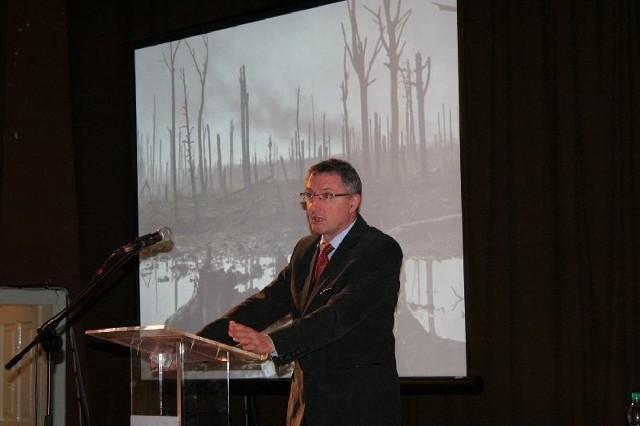 Doktor Marek Florek z UMCS w Lublinie podczas wykładu prezentował archiwalne fotografie z okresu Bitwy Rudnickiej.
