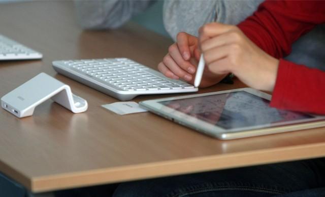 Tablety z klawiaturami w czasie pandemii służą zarówno uczniom uczestniczącym w projekcie Cyfrowa Szkoła Wielkopolska@ 2020, jak i innym, którzy ich potrzebowali, by móc uczestniczyć w lekcjach