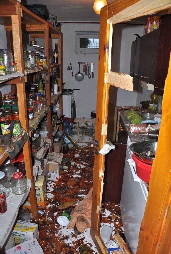 Ze wstępnych policyjnych ustaleń wynika, że przyczyną incydentu było pozostawienie niedokręconego kurka kuchenki gazowej zainstalowanej w piwnicy.