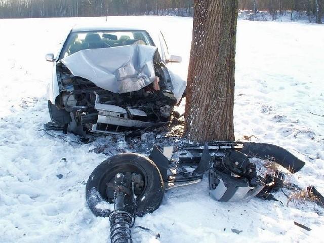 Volkswagen golf rozbity na drzewie.