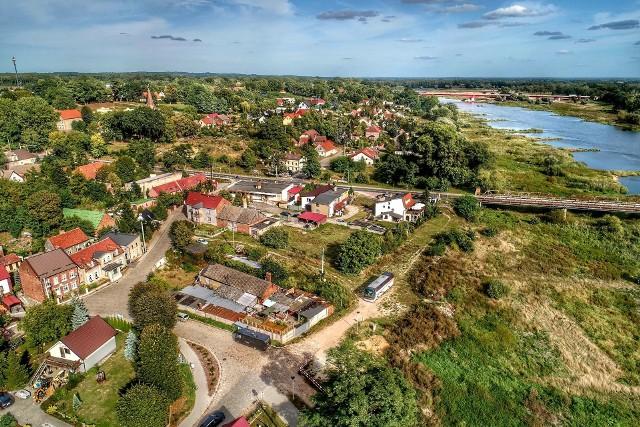 """Dziś Cigacice kojarzą nam się przede wszystkim z dwoma mostami. Jednak przed wojną Tschicherzig posiadał charakter wypoczynkowo-uzdrowiskowy (tzw. """"Luftkurort""""). Zakładano tu także liczne winnice i produkowano wina. W 1937 r., w ramach polityki zniemczania nazw pochodzenia słowiańskiego, władze nazistowskie zmieniły nazwę wsi na Odereck. Tak, czy inaczej wówczas na winnice, ale i spacery, czy rejsy łódkami przybywali tutaj mieszkańcy Sulechowa i Zielonej Góry. Dlaczego? Odpowiedzią na to pytanie są zdjęcia z drona Grzegorza Walkowskiego. A dziś dodatkowo warto odwiedzić port, przyjrzec się zabytkowemu mostowi z zielonogórskiej firmy Beuchelta, zobaczyć skansen fortyfikacji w Leśnej Górze (nie, nie ma tutaj szpitala z serialu """"Na dobre i na złe"""").WIDEO: Centrum Gorzowa z lotu ptaka"""